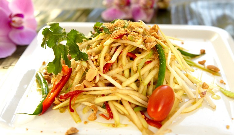 Thai papaya salad with roasted peanuts(v)